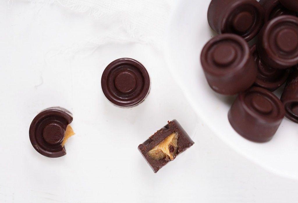 Toffeetäytteinen suklaa ja muut raakakonvehdit saavat varmasti joulumielelle!  Yksi unelmieni joululahjoista – sellainen, jonka siis haluaisin itse antaa – on omatekoinen konvehtirasia, jonne olisi käsinvalmistettu kokoelma erilaisia raakasuklaita ja t