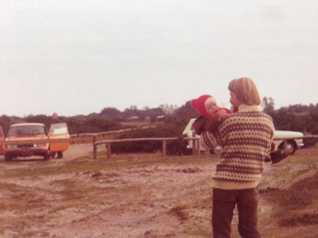 Sisse Skytte Madsen, 40, Bagsværd.  Min far bærer min søster hen til bilen, hun vil nok ikke hjem fra standen. Min far i islandsk sweater og lang hår (1976).