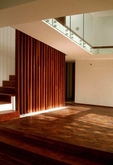 Planos de casa de dos pisos construida en terreno cuadrado, incluye - fachada madera