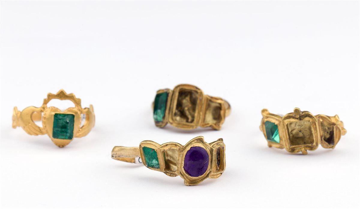 Tesoro del siglo XVIII hallado en la costa de Yucatán: Anillos de oro con incrustaciones de esmeraldas