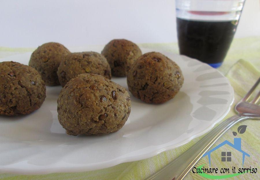Le polpette di lenticchie accompagnate da un buon contorno di verdure sono un ottimo piatto completo.