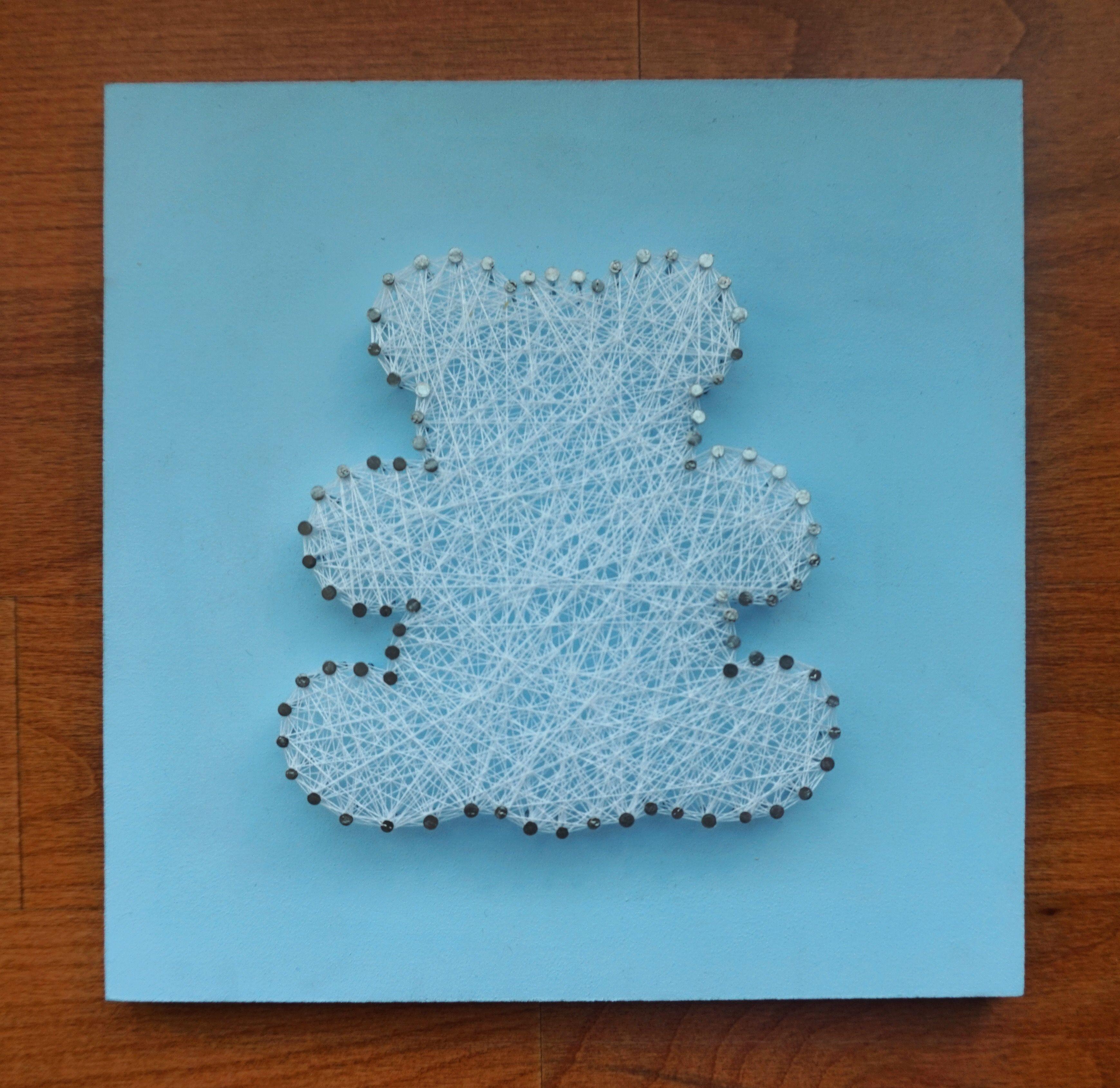 Oso infantil. Madera lacada en color azul celeste. Hilo blanco. Medidas: 20x20 cm. €7.99