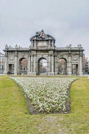 Puerta De Alcala Con Imagenes Viajar Por Espana Madrid Ciudad