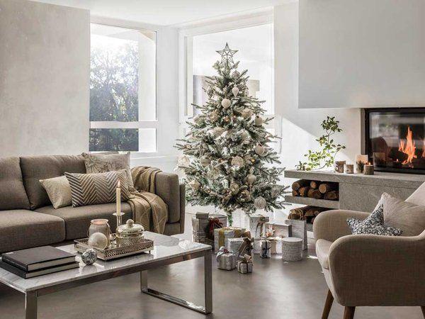 Salón decorado para Navidad con árbol en blanco