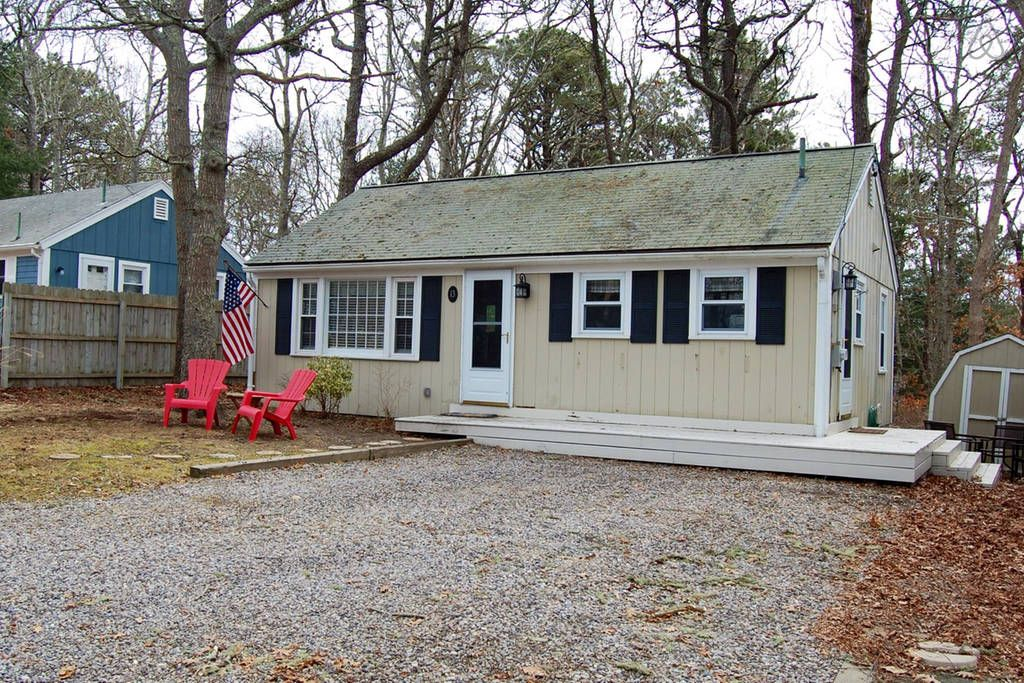 Gravel driveway with parking for 2 to 3 cars. Renting a