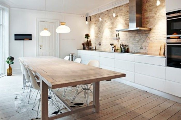Cuisine moderne couleur clair sol en bois clair table en bois massif parquet