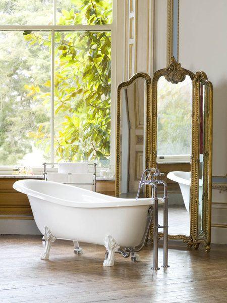 Une baignoire rétro équipée d\'un dossier relevé pour un confort ...