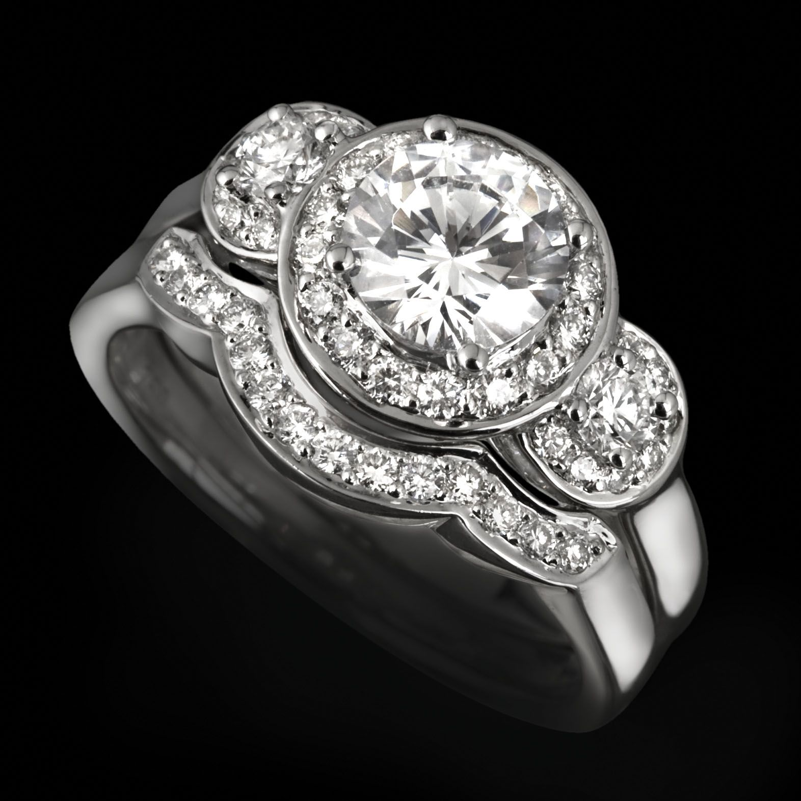 The ultimate luxury trilogy ring. 3 Stunning diamonds, in