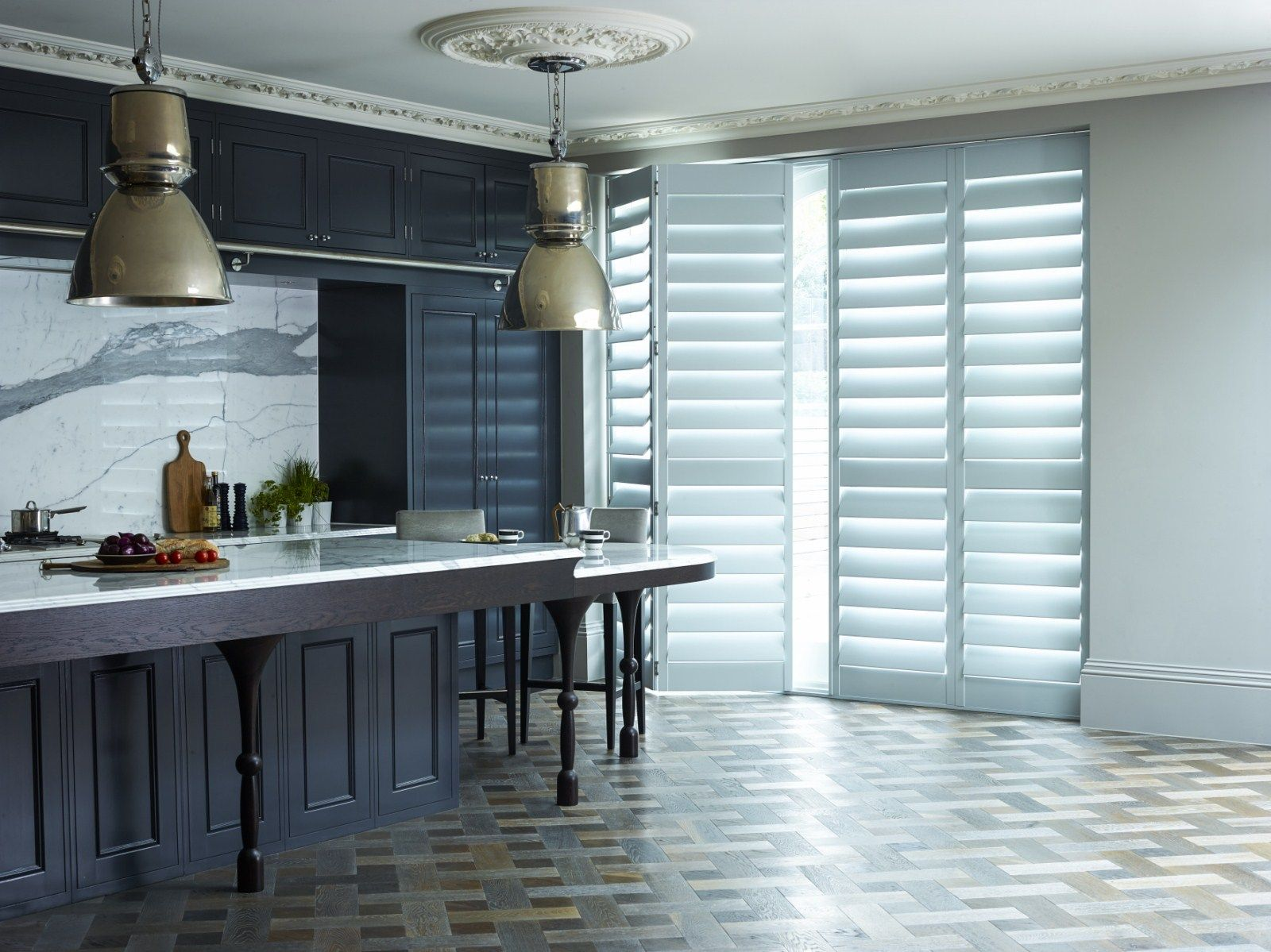 Screen patio doors in an open-plan kitchen-diner with sleek, simple ...