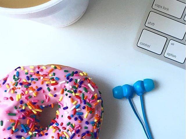 WEBSTA @ dunkincoffee_es - Si la vuelta al trabajo te pone triste, pon un poco de color a tu mesa con un rico Dunkin Fresa Topping #dunkincoffee