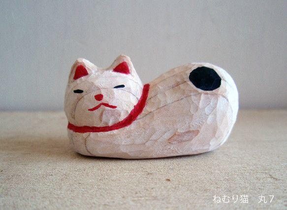 *翠*サイズ 幅3.8センチ 高さ2センチ 奥行き1.9センチ素材 ひのき アクリル ニス民芸品のねむり猫をモチーフに作りました怒った顔と、ブチネコ柄がかわい... ハンドメイド、手作り、手仕事品の通販・販売・購入ならCreema。