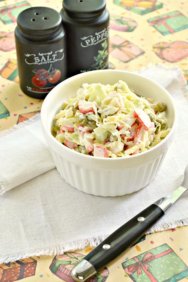 Салат из свежей капусты, крабовых палочек и сыра ...