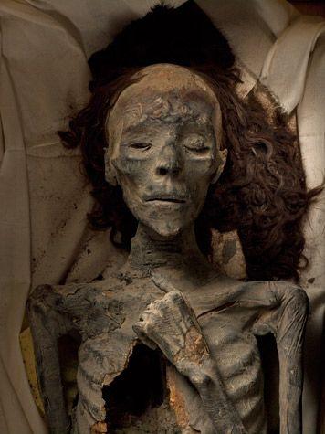La femme d'Aménophis III, Tiye. Elle serait la grand-mère du roi Toutankhamon. Personnellement, cette momie est la plus belle qu'il m'a été donné de voir. Elle est dans un état de conservation remarquable. La chevelure encore somptueuse et les traits de la femme révèlent une grande beauté. D'ailleurs cette photo est classée l'une des plus prestigieuses de National Geographic.