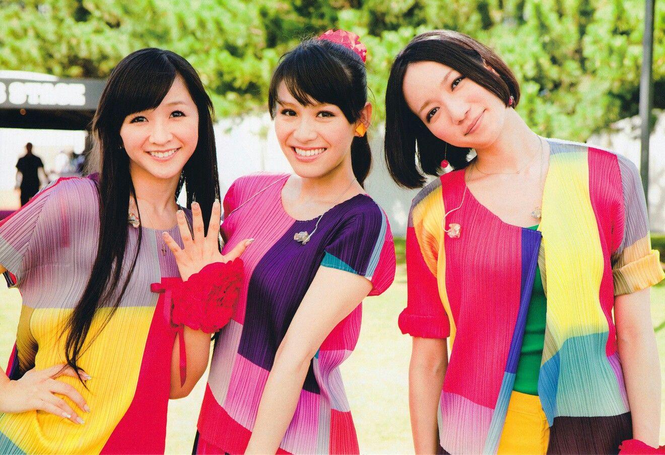 perfume3人仲良し笑顔の壁紙