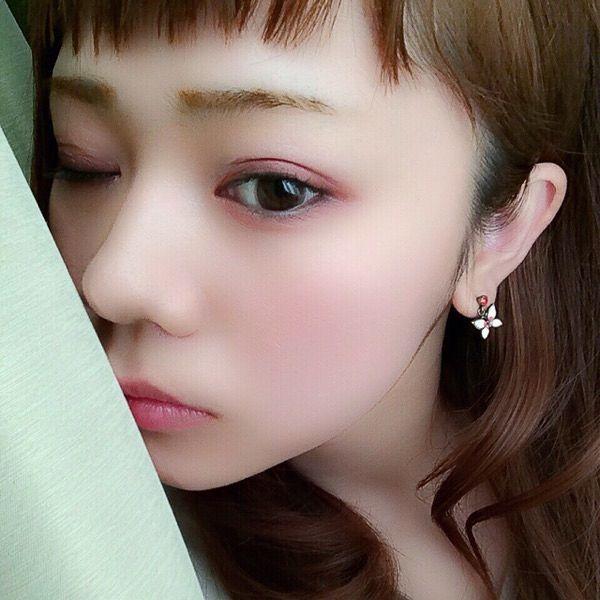 """画像 : おフェロ顔メイクの色っぽさは""""まぶたの下に赤シャドウ""""で簡単エロくて可愛く♡ - NAVER まとめ"""