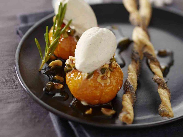 Avec les lectrices reporter de Femme Actuelle, découvrez les recettes de cuisine des internautes : Mandarines rôties aux fruits secs d'Hélène Darroze