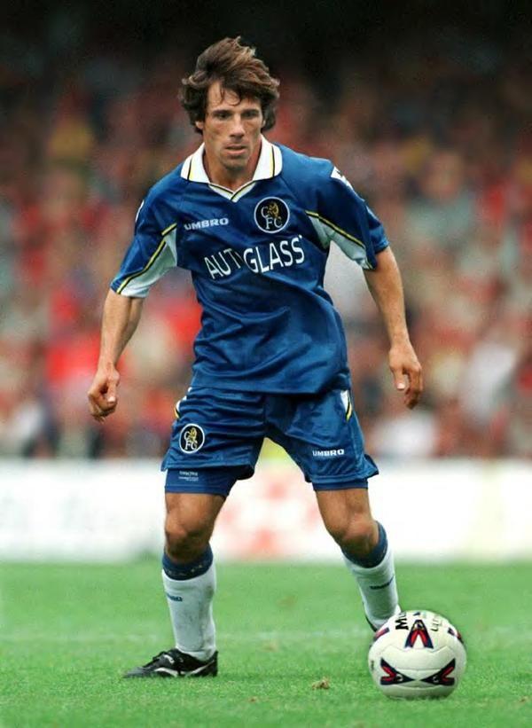 Gianfranco Zola con la maglia di casa del Chelsea 1997-1999 (Pinterest)
