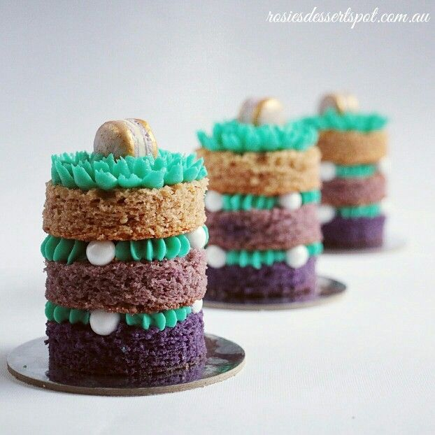 For the free tutorial on how to make individual mini ombre cakes