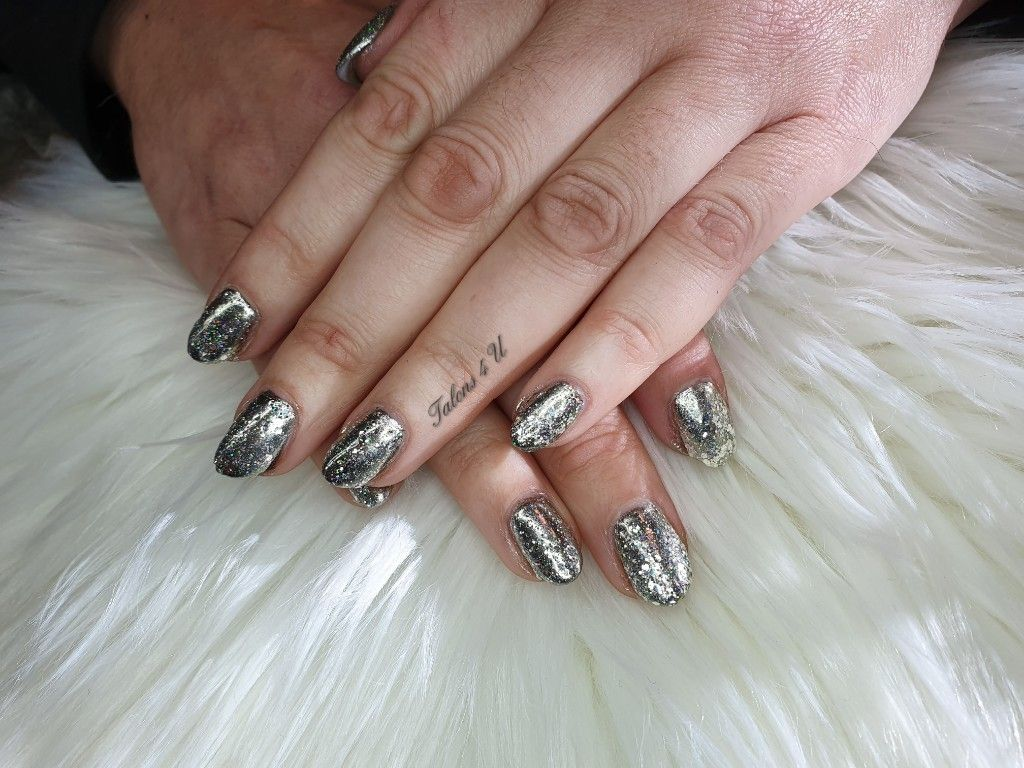 Here is a design using gel polishes broken mirror over