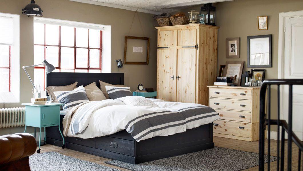 Rustiikkinen makuuhuone, jossa massiivimäntyiset kalusteet ja ...