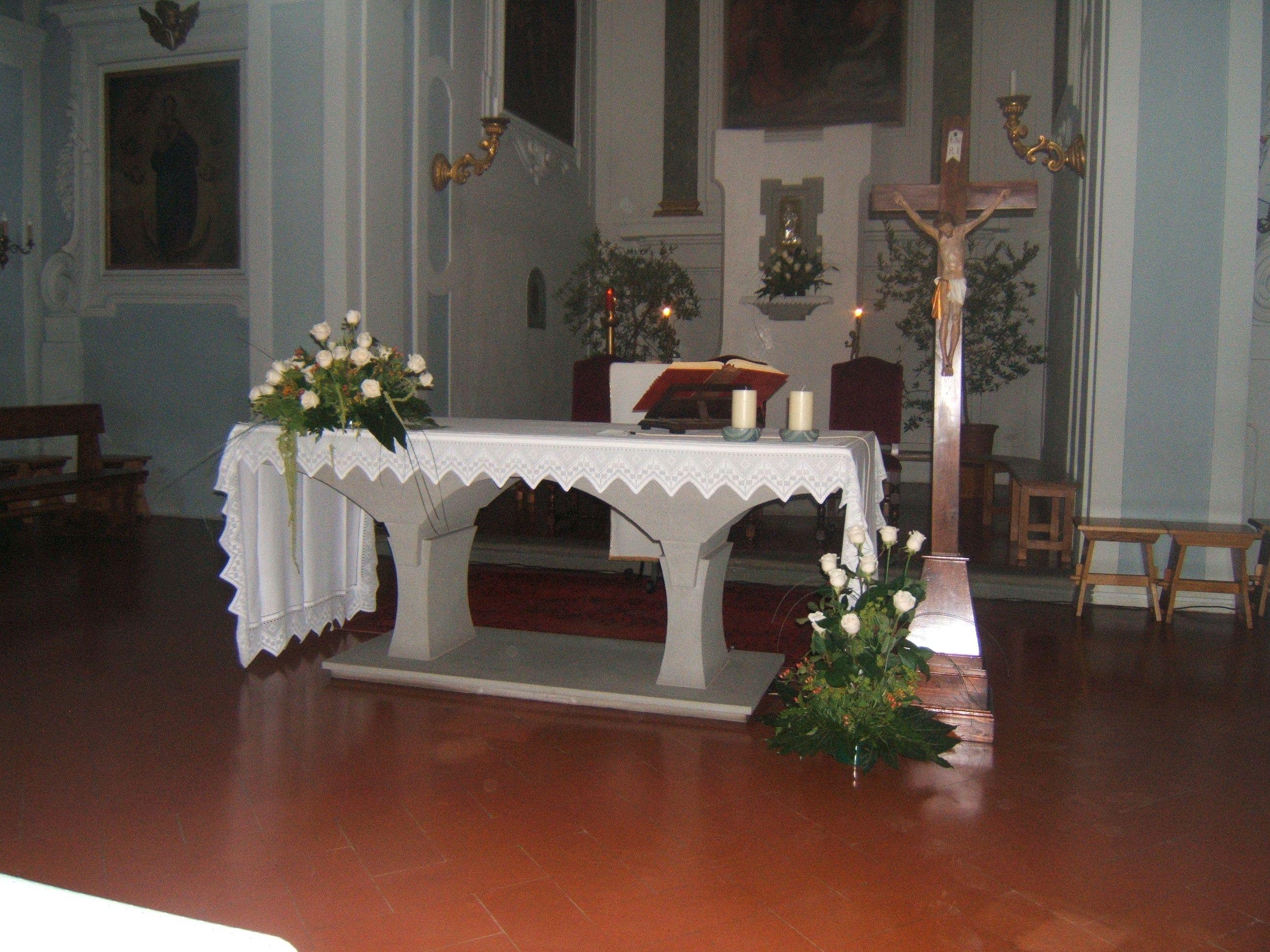 matrimonio: altare con rose bianche