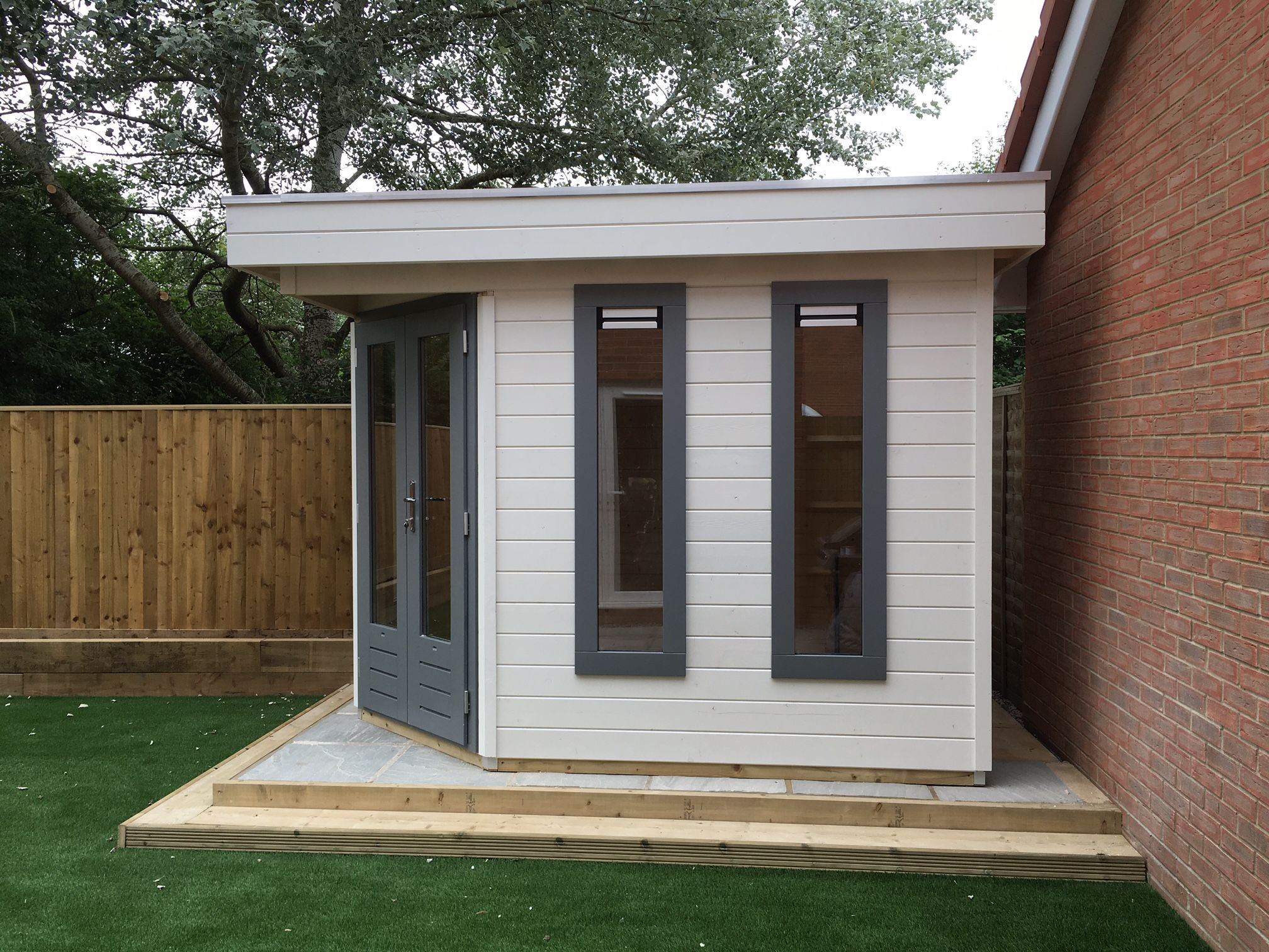 Corner garden office in white and grey with a flat roof for Corner garden office