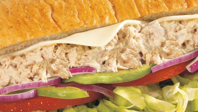 Atún. Fresco y con mayonesa, acompañado de los vegetales, especias y el aderezo que prefiera