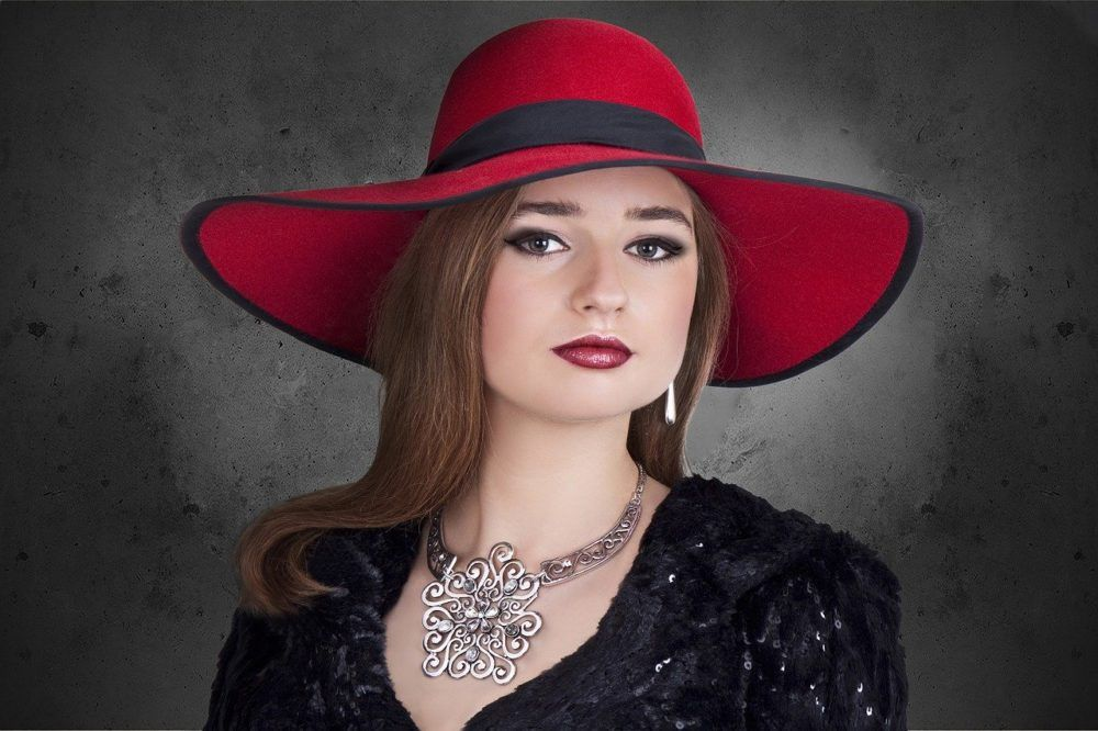 Oh just take a look at this! #woman #jewelry #hat