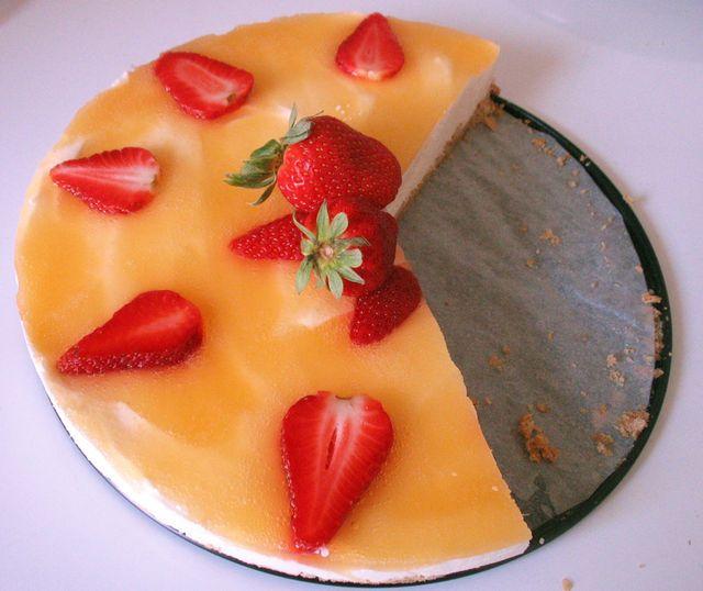 Aurinkoinen mansikka- juustokakku. Reseptin teki Kotikokki.netin nimimerkki Maijutar
