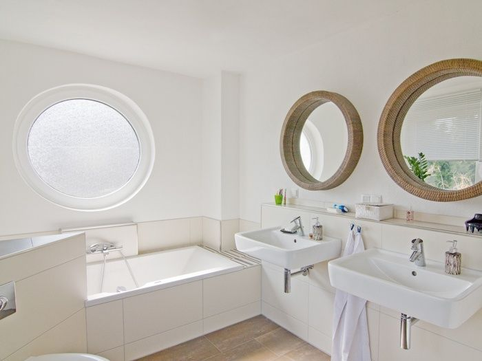 Maritimes #Badezimmer mit Bullauge und runden Spiegeln - ECO System ...