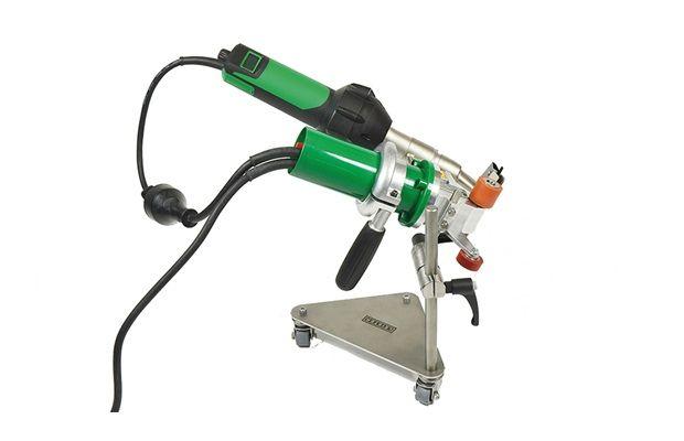 Semiautomatic hot-air tool - TRIAC DRIVE AT with guiding help - Leister Plastic Welding #flooring #boden #fussboden #leister #leistertechnologies #schweissen #kunststoffschweissen #welding