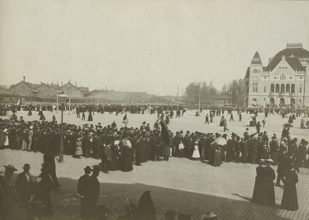 Työväestö kokoontui vuoden 1902 vappuna Rautatientorille kävelläkseen sieltä Mäntymäelle kuuntelemaan puheita. Matti Paasivuori puhui tuolloin ensimmäisen kerran suuren yleisön edessä. Puheen aihe oli kahdeksan tunnin työpäivän vaatimus. Lähde: Kansan Arkisto