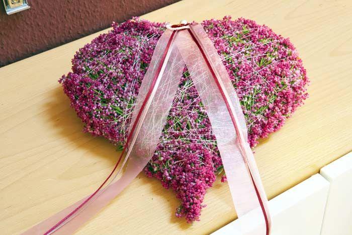 Dieses herz kann man ganz einfach aus erika zweigen mit draht um eine pappvorlage binden deko - Herbstdeko mit erika ...