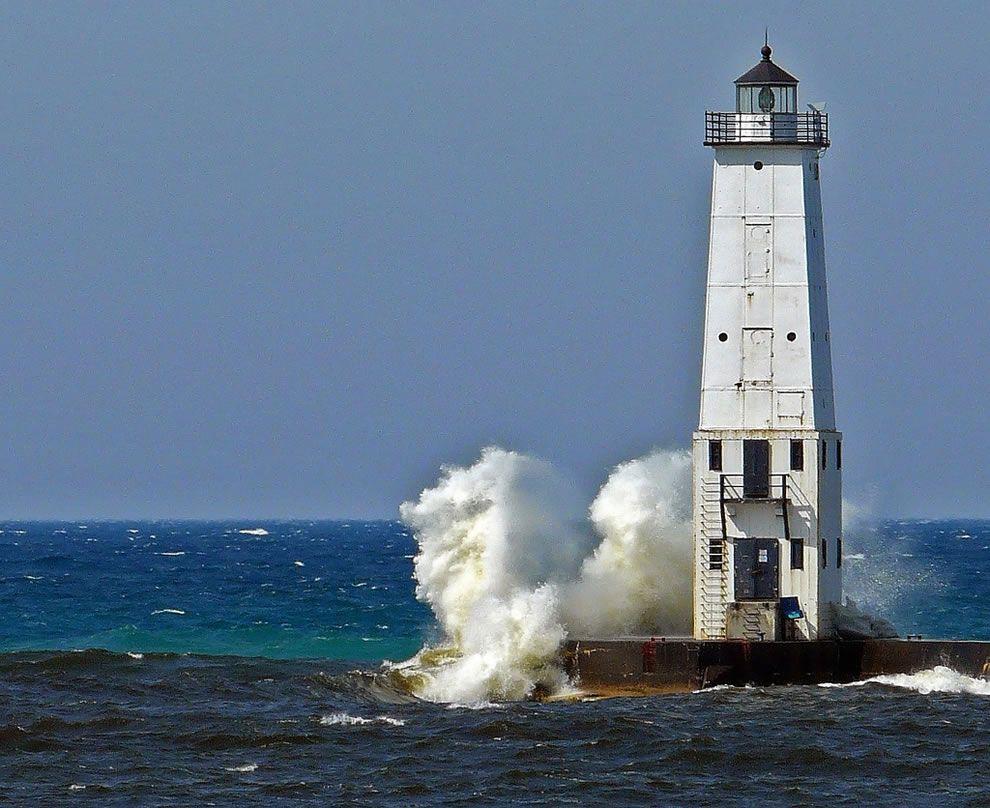 Hora do almoço no farol Farol Frankfort Michigan.  Quando há um forte vento de sudoeste, coisas dramáticas acontecer!