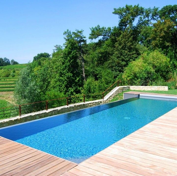 La grande piscine rectangulaire traditionnelle, toujours incontournable ! Qu'en pensez-vous ? ☺️ . © l'esprit piscine. . #piscine #piscineprivée #piscines #piscineo #maison #jardin #picoftheday #pool #pools #swimmingpool #garden #view #summer #design #luxurydesign #luxurypool #summervibes #instagood #tuesdayvibes #landscapedesign #terrasse #guidepiscinefr⠀