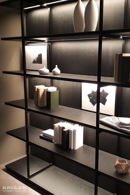 Oświetlenie półek w regale - wbudowane oprawy liniowe LED IN-Stick SF w kolorze czarnym matowym. Oprawy są produkowane na zamówienie, a więc długość oprawy można dopasować do wymiarów półek. Wbudowane źródła LED osłonięte są białym kloszem - brak widocznych punktów LED - jednolite oświetlenie.  #krulenoswietlenie #led #oswietlenie #lighting #meble #furniture #modern #projektoswietlenia