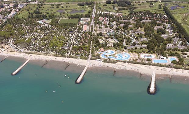 Vakantiecentrum Pra delle Torri is niet alleen een camping maar daarnaast een heus vakantiedorp. Alle denkbare faciliteiten zijn aanwezig. De camping is mooi aangeplant met bloemen en struiken. Er zijn tevens appartementen te huur. De camping heeft een 18 holes golfbaan. Entertainment is er van de morgen tot laat in de avond. Er is een zeer groot zwembad met glijbanen.