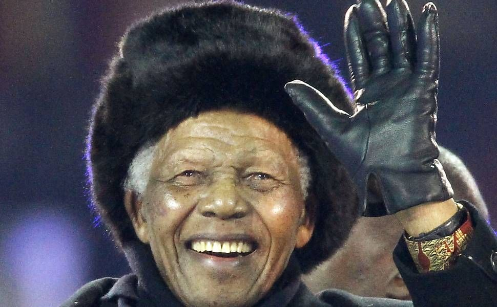 Mandela recebe alta após dez dias de internação por infecção pulmonar | O presidente da África do Sul, Nelson Mandela, 94, recebeu alta neste sábado, após ficar dez dias internado em um hospital de Pretória após tratamento contra uma infecção pulmonar. De acordo com a Presidência sul-africana, ele receberá o resto dos cuidados médicos em sua casa, em Johanesburgo. http://mmanchete.blogspot.com.br/2013/04/mandela-recebe-alta-apos-dez-dias-de.html#.UWBAc5NQGSo