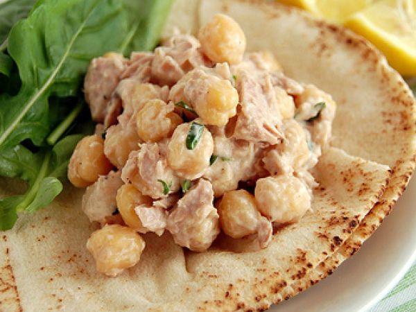 Salada cremosa de atum e grão-de-bico