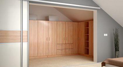 ankleidezimmer mit geschlossenen abgeschr gten schr nken f r die dachschr ge dachschr ge. Black Bedroom Furniture Sets. Home Design Ideas