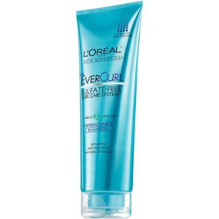 El Shampoo Perfeccionador de Rizos EverCurl limpia, modela y perfecciona cada rizo, otorgando al cabello una infusión de nutrición e hidratación sin ceras pesadas.