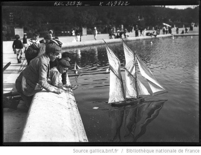 Enfants jouant avec un voilier au bassin du jardin du - Jardin du luxembourg enfant ...