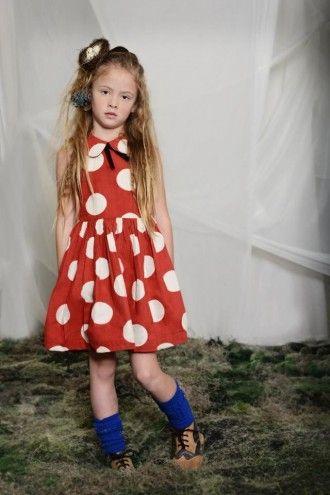 La Chica Lleva Vestido Rojo Calcetines Azul Y Zapatos Cafe