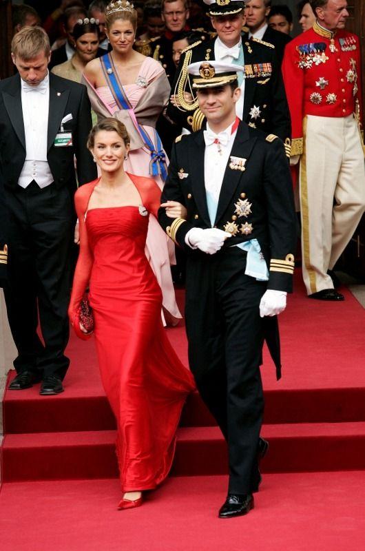 Boda en Dinamarca. Así de elegantes lucieron el príncipe Felipe y Letizia en la boda de los príncipes de Dinamarca en 2004. Ella consiguió un estilismo inolvidable vestida de rojo por Caprile. Pelo recogido con ondas y un maquillaje suave completaban su look de fiesta.