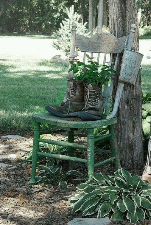 old boots gardening dreams pinterest bemalte st hle stuhl und gartendeko. Black Bedroom Furniture Sets. Home Design Ideas