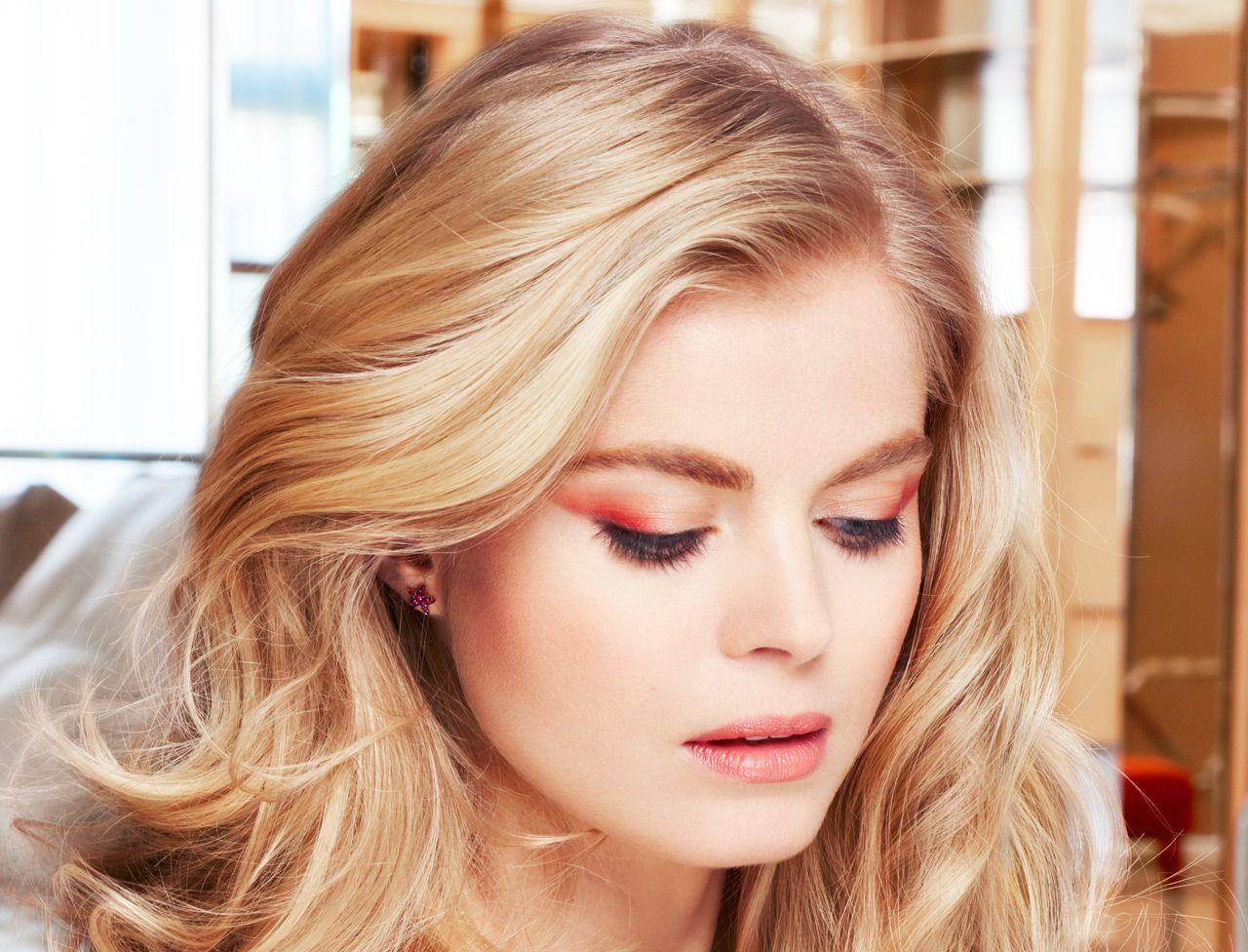 Adoptez ce halo orangé très facile à réaliser ! Un maquillage graphique, qui oppose les couleurs chaudes et froides, idéal pour les yeux claires. Lancez-vous...