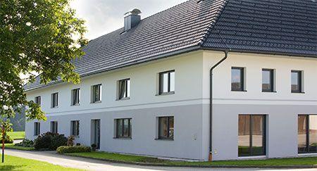 moderne fassade mit gro en fenstern und t ren am vierkanthof haus aussen bauernhaus. Black Bedroom Furniture Sets. Home Design Ideas