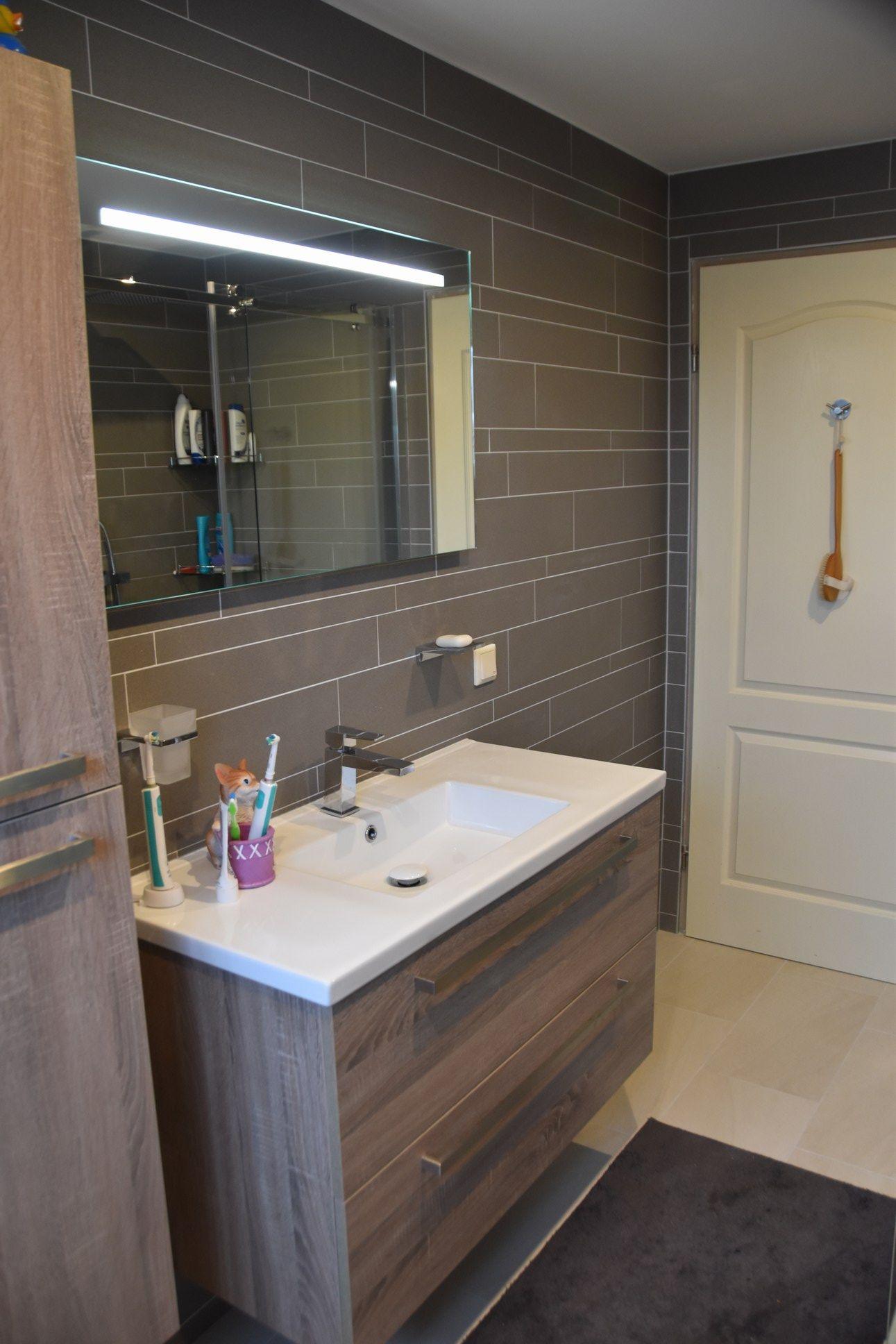 Tegelstroken badkamer sanitair Grijs mat muurstroken met houtlook badmeubel
