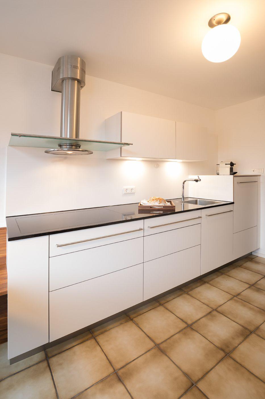 Weiße Küche | Küchenzeile | schlicht | modern | Abzug ...