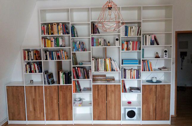 Weißes Bücherregal mit einem integriertem Stufenregal - perfekt - hausbibliothek regalwand im wohnzimmer